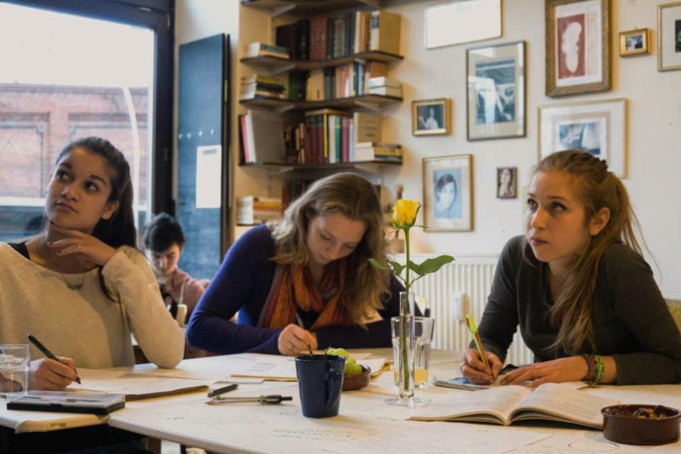 Kleine Lerngruppe in der Abiturvorbereitung für die Matheprüfung in Berlin